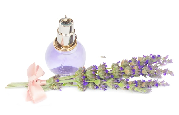 Lawendowa woda ziołowa w szklanej butelce ze świeżymi kwiatami