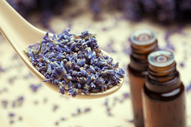 Lawendowe produkty do pielęgnacji ciała. aromaterapia, spa i naturalna opieka zdrowotna