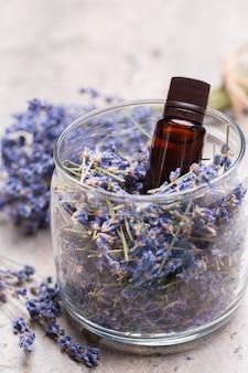 Lawendowe produkty do pielęgnacji ciała. koncepcja aromaterapii, spa i naturalnej opieki zdrowotnej