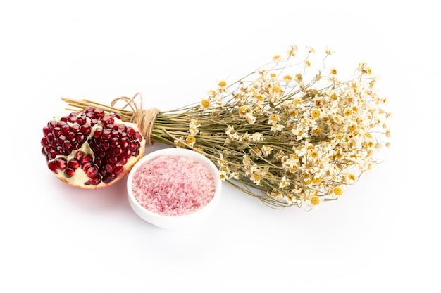 Lawendowe produkty spa z granatu, kwiatów lawendy na białym tle.