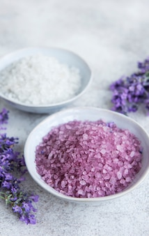Lawendowe spa. niezbędna sól morska i świeża lawenda. naturalny kosmetyk ziołowy z kwiatami lawendy