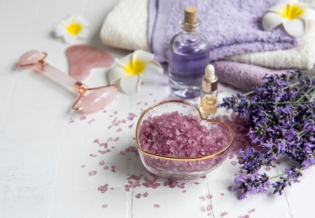 Lawendowe spa olejki eteryczne z soli morskiej ręczniki i wałek do twarzy