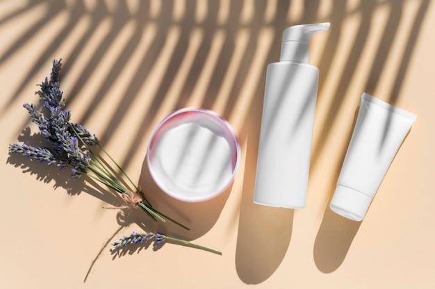 Lawendowy krem i cienie do aranżacji kosmetyków spa