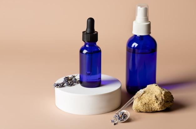 Lawendowy olejek eteryczny i spray w niebieskich szklanych butelkach ziołowa medycyna alternatywna