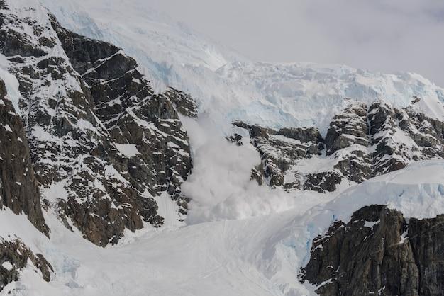 Lawina w górach antarktydy