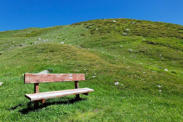 Ławka górska w krajobrazie włoch latem