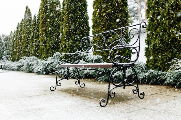 Ławka parkowa pokryta śniegiem. śnieg, piękny śnieg, ładna pogoda