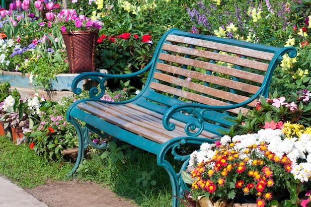Ławka w ogrodzie kwiatowym
