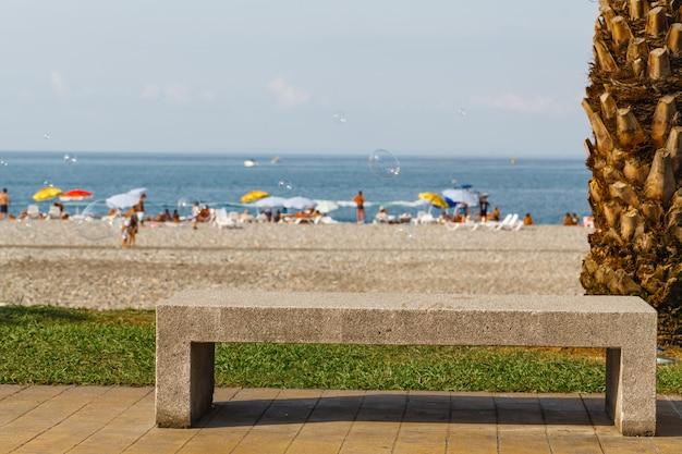 Ławka w pobliżu plaży i morza