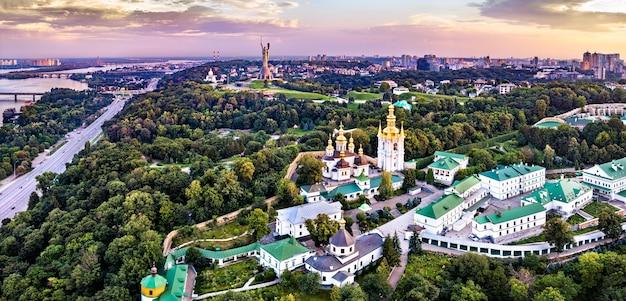 Ławra peczerska i pomnik ojczyzny. w kijowie, ukraina
