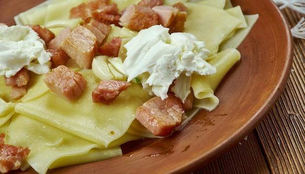 Łazanki - białoruskie i polskie dania z makaronu, z roztopioną słoniną i kwaśną śmietaną.