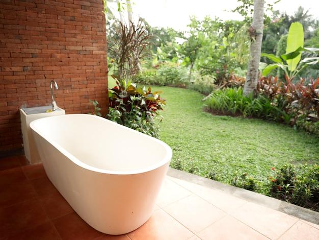Łazienka bez ceglanego muru krajobraz aranżacja wnętrz świeże powietrze drzewa natura