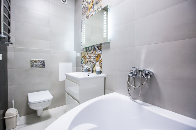 Łazienka w jasnych kolorach w nowoczesnym stylu