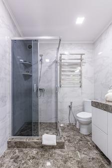 Łazienka w nowoczesnym stylu jasnej kolorystyce