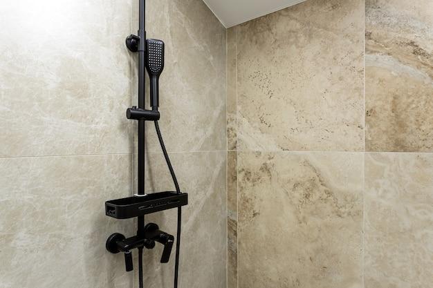 Łazienka w tradycyjnym stylu z brązowymi i beżowymi ścianami.minimalistyczny prysznic z hotelową sauną