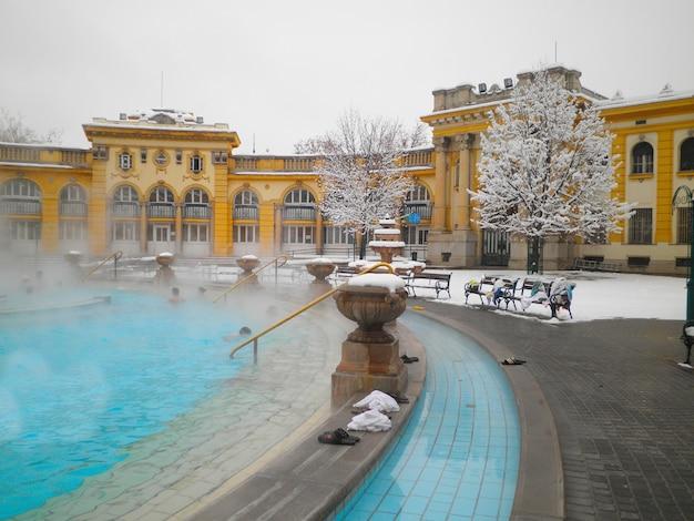 Łaźnia termalna szechenyi w budapeszcie w śnieżny zimowy dzień, węgry