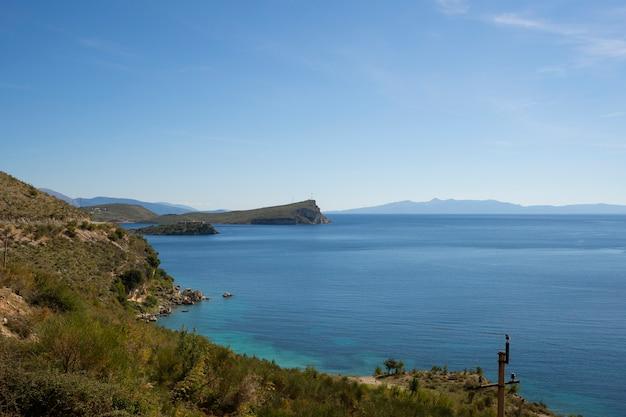 Lazurowa zatoka w porto palermo koło himare w albanii.