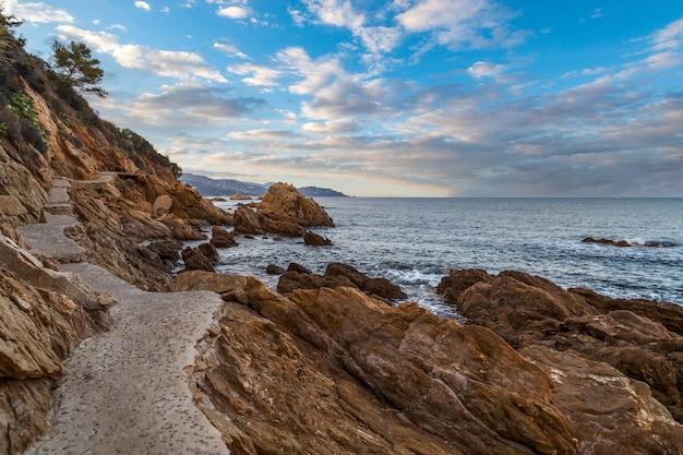 Le lavandou france ekologiczny kamienny szlak wzdłuż skalistego wybrzeża morza śródziemnego riwiera francuska