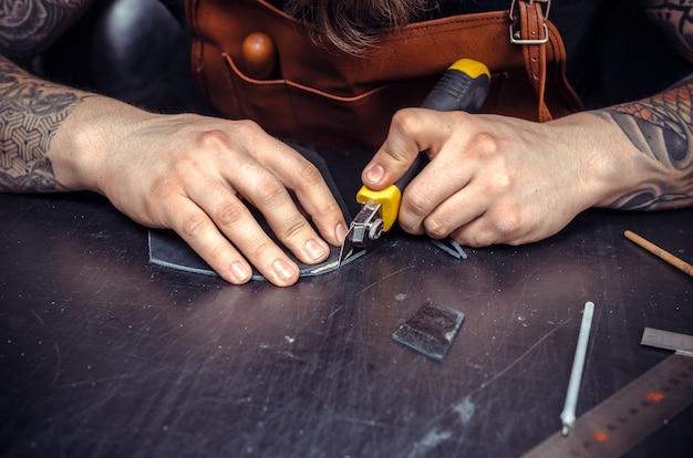 Leather Currier Pracuje Ze Skórą W Miejscu Pracy. Premium Zdjęcia
