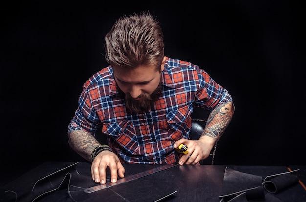 Leather currier tworzy wysokiej jakości produkty w swoim miejscu pracy.
