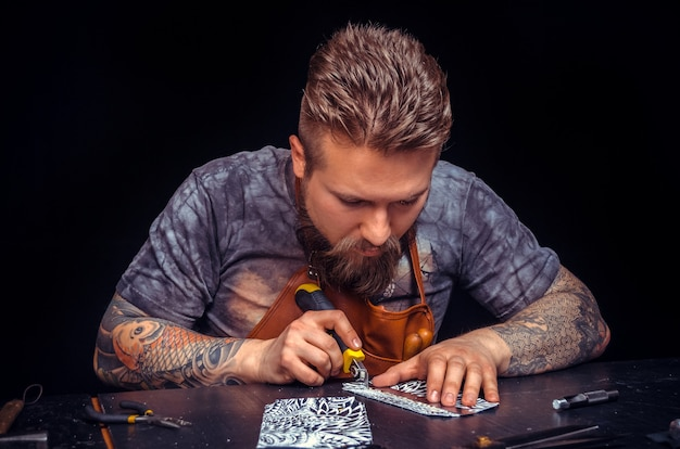 Leather professional pracuje ze skórą w swojej garbarni