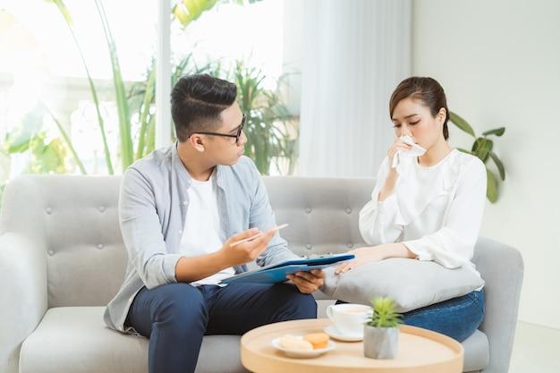 Leczenie psychologiczne. profesjonalny psycholog pomaga pacjentowi podczas sesji z nim.