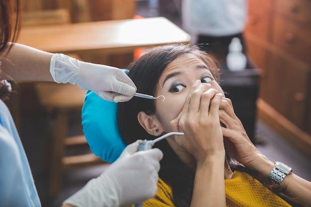 Leczenie w gabinecie dentystycznym. przestraszony pacjent w denta