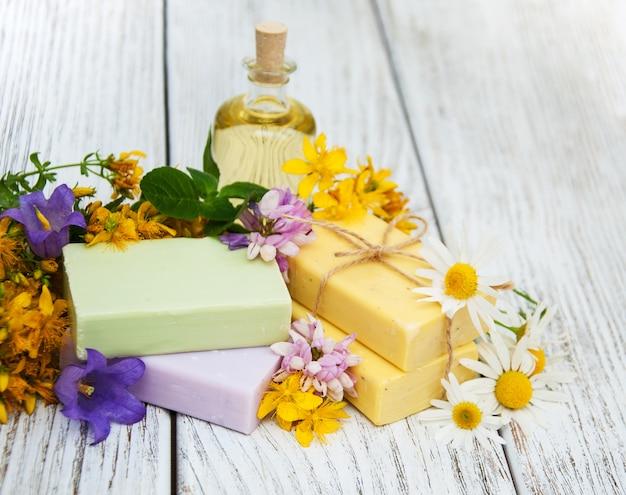 Leczenie ziołowe - rumianek, tutsan i mydło