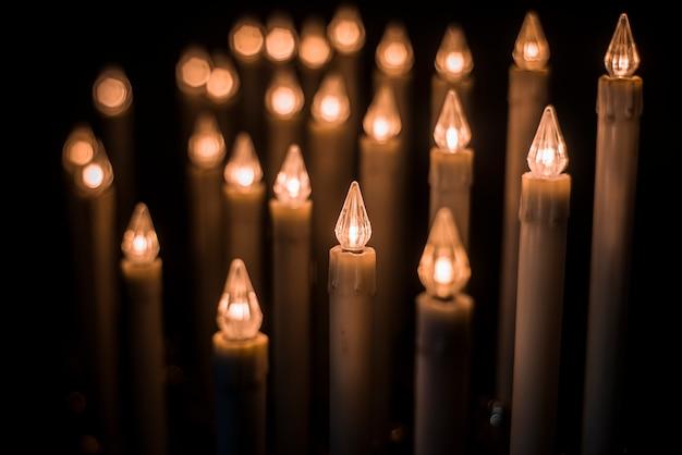 Ledowe świece do modlitwy w nowoczesnym kościele