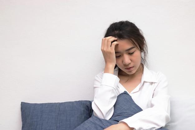 Lęk deprymująca młoda azjatycka kobieta z rękami na czole