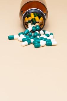 Lek medyczny pigułka i szklana butelka. tapeta w widoku pionowym.