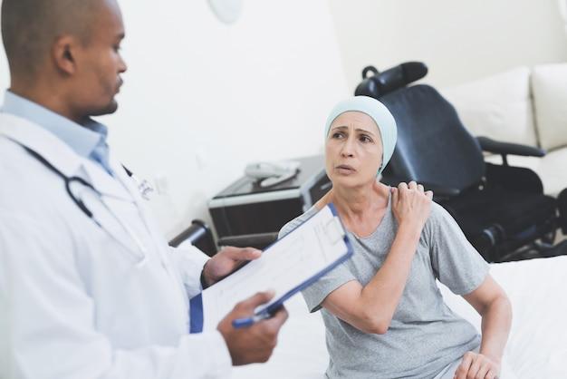 Lek na raka. lekarz odwiedzający starszego pacjenta.