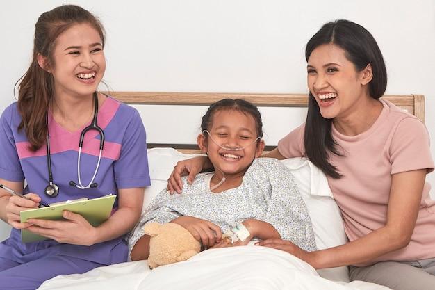 Lekarka i dziecko z matką w szpitalu