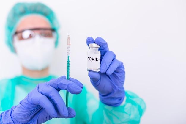 Lekarka lub pielęgniarki ręka z rękawicą nitrylową trzymając grypę covid-19 szczepionka, szczepionka przeciw odrze zastrzelona do szczepienia dziecka, koncepcja medycyny i leku. szczepionka koronawirusowa