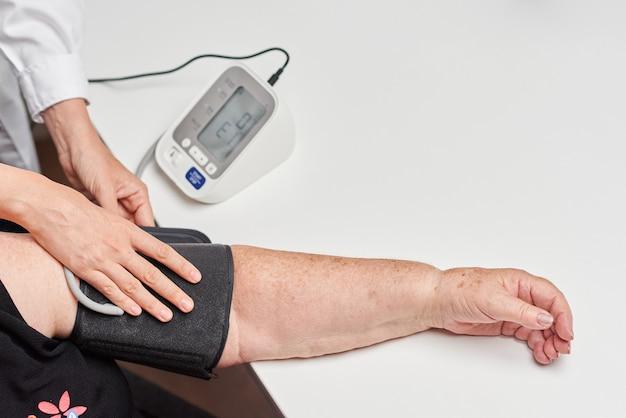 Lekarka mierzy ciśnienie krwi pacjenta