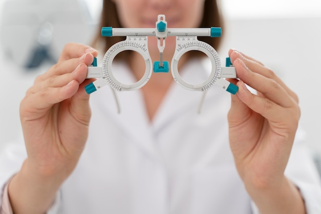 Lekarka pracująca w swojej klinice okulistycznej