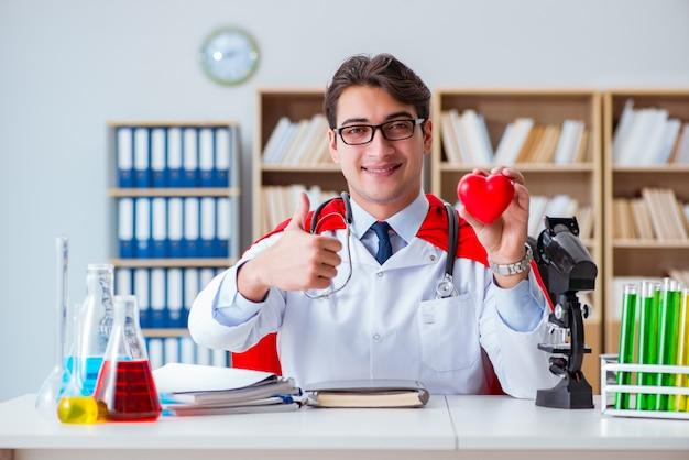 Lekarka superbohatera pracuje w szpitalnym laboratorium
