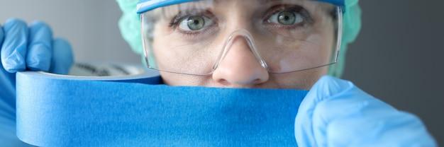 Lekarka uszczelniająca usta niebieską taśmą