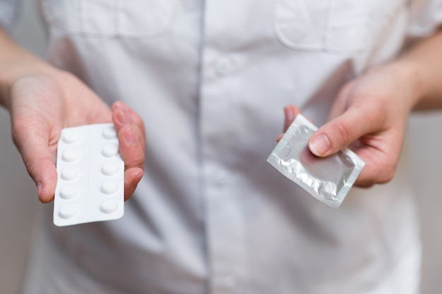 Lekarka w białym fartuchu daje wybór środków antykoncepcyjnych