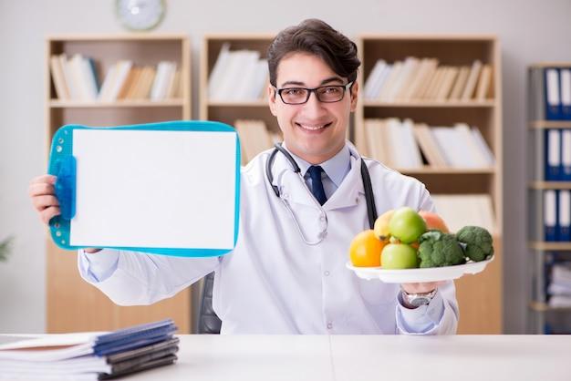 Lekarka w diety pojęciu z owoc i warzywo