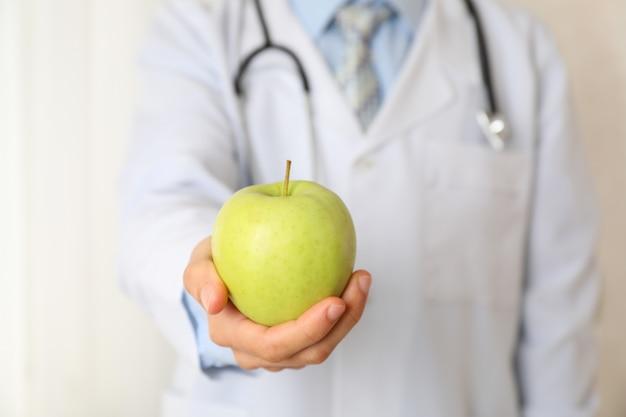 Lekarka z jabłkiem i stetoskopem, zamyka up i przestrzeń dla teksta