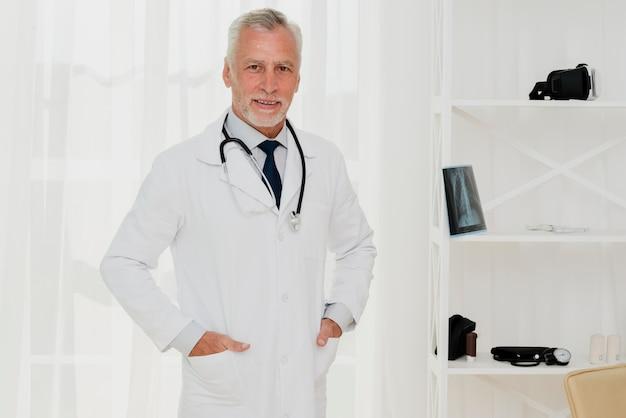 Lekarka z rękami w kieszeni patrzeje kamerę