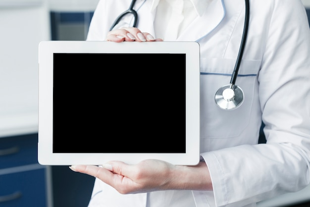 Lekarka z stetoskopem i pastylką