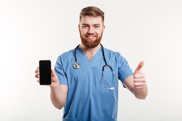 Lekarka z telefonem pokazuje kciuk up