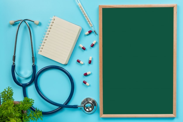 Lekarstw, zapasy umieszczone na zielonej tablicy w połączeniu z narzędziami lekarza na niebiesko.