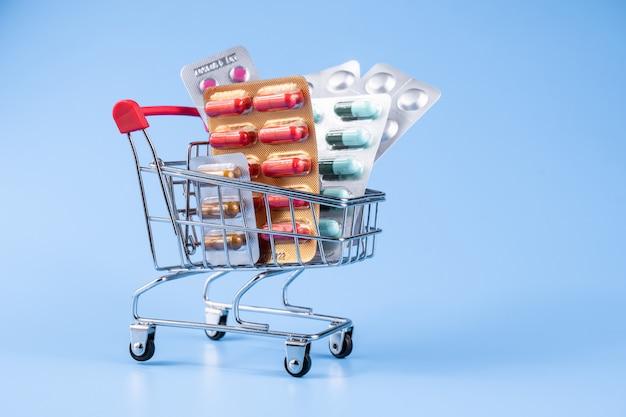 Lekarstwa, witaminy i suplementy przeciwutleniające w wózku lub koszyku
