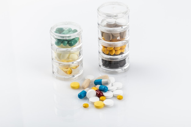 Lekarstwo w małym słoiku na białym tle