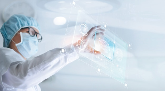 Lekarz analizuje i sprawdza wyniki testów mózgu za pomocą wirtualnego interfejsu komputera