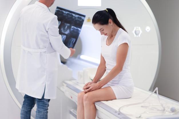 Lekarz bada obraz mri przed koncepcją sprzętu medycznego pacjenta