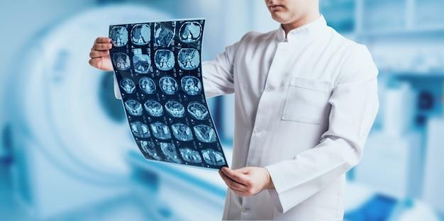 Lekarz bada obraz mri. wyposażenie medyczne. medyczny